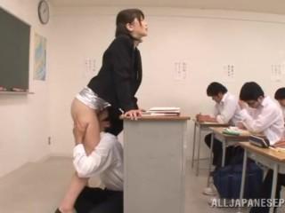 asiatische schlampen ficken schwanze im klassenzimmer